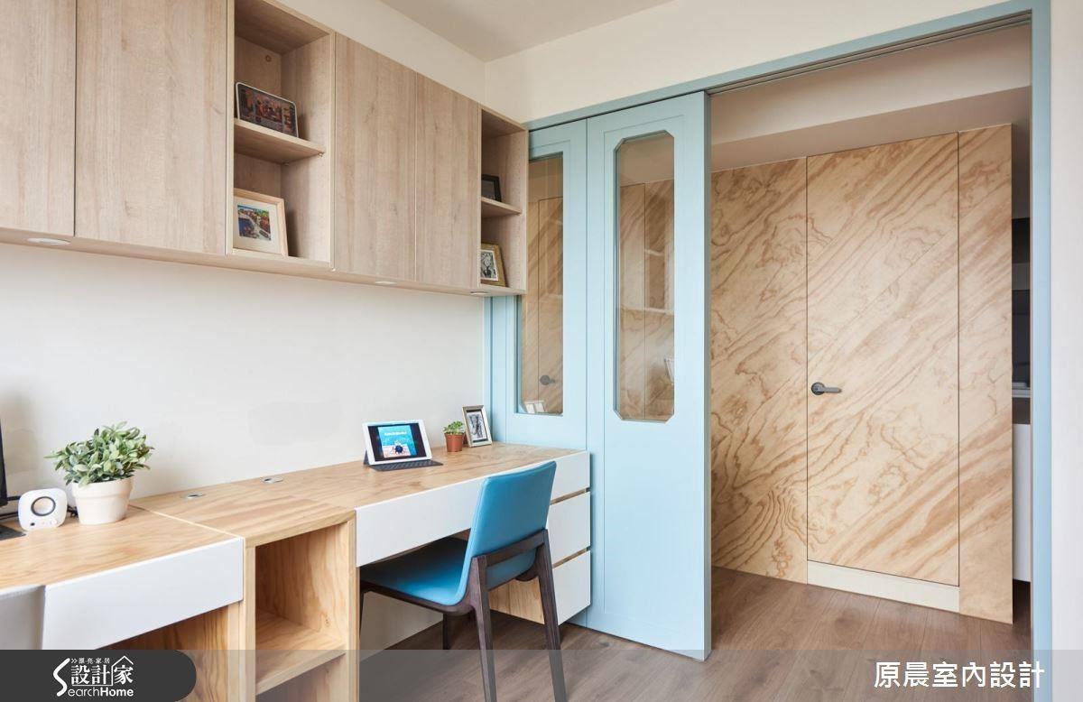 淺藍色一路延伸為書房的推拉門,搭配木紋散發的自然氣息,讓人回家就放鬆。