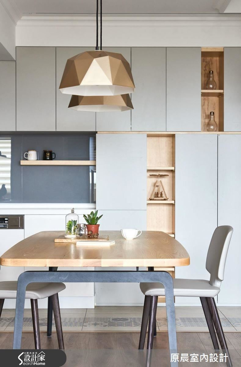 延續淺色調的開放式廚房,天花板使用造型燈光修飾,地板是胡桃木紋的沉穩質感,整體空間呈現層次美感。