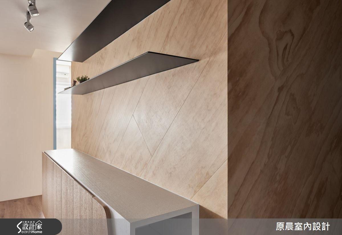 斜拚工法難度極高,是倒角 45 度一片片拼接,並預埋鐵件作層板,完美無縫設計,猶如兩片輕盈飛翔的翅膀。