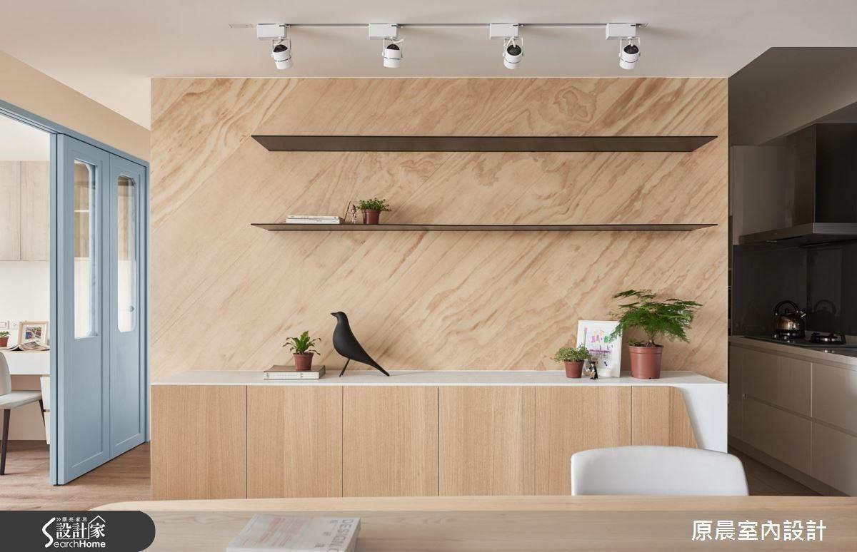 餐廳旁的斜木紋牆面,遠看如大理石紋路。