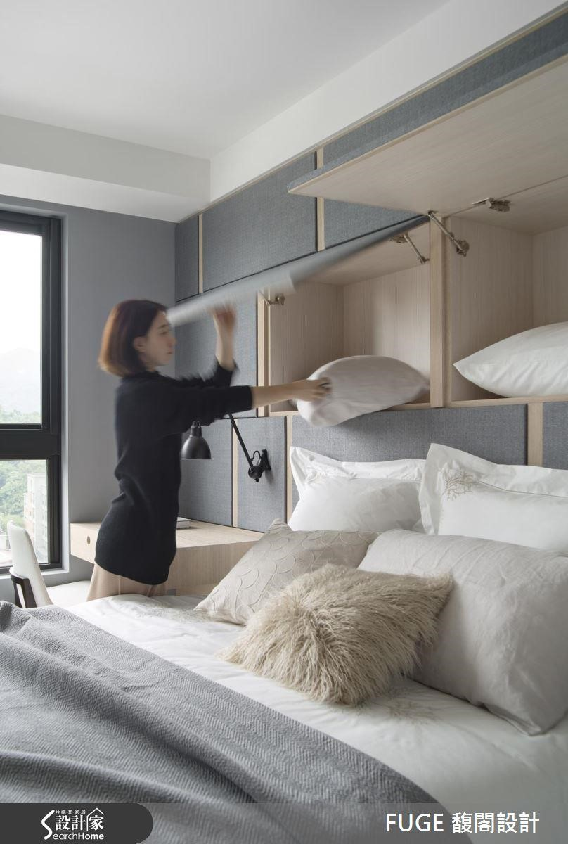以櫃體中線約 120~130 公分為界,以上設計上掀、以下設計下掀最符合收納慣性,依重量上方可收取枕頭、雜物,下方收取厚被。