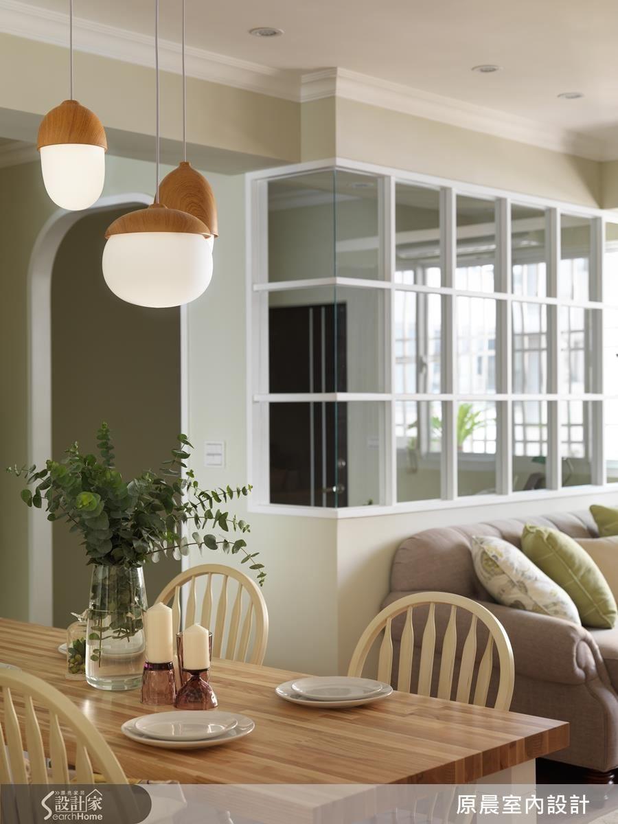 格子窗串聯玄關、客廳間的通透感,空間看起來更大。