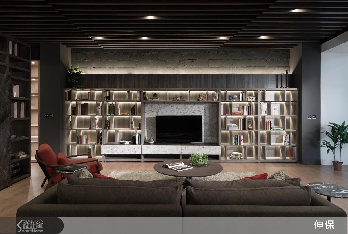 大面積的電視牆間展示櫃,運用間接光源,增添客廳的溫馨度。