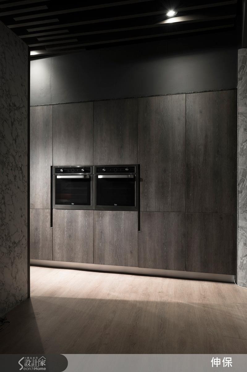 伸保擅長將電器櫃與冰箱做美化性的隱蔽,使廚房空間顯得更為清爽雅致。