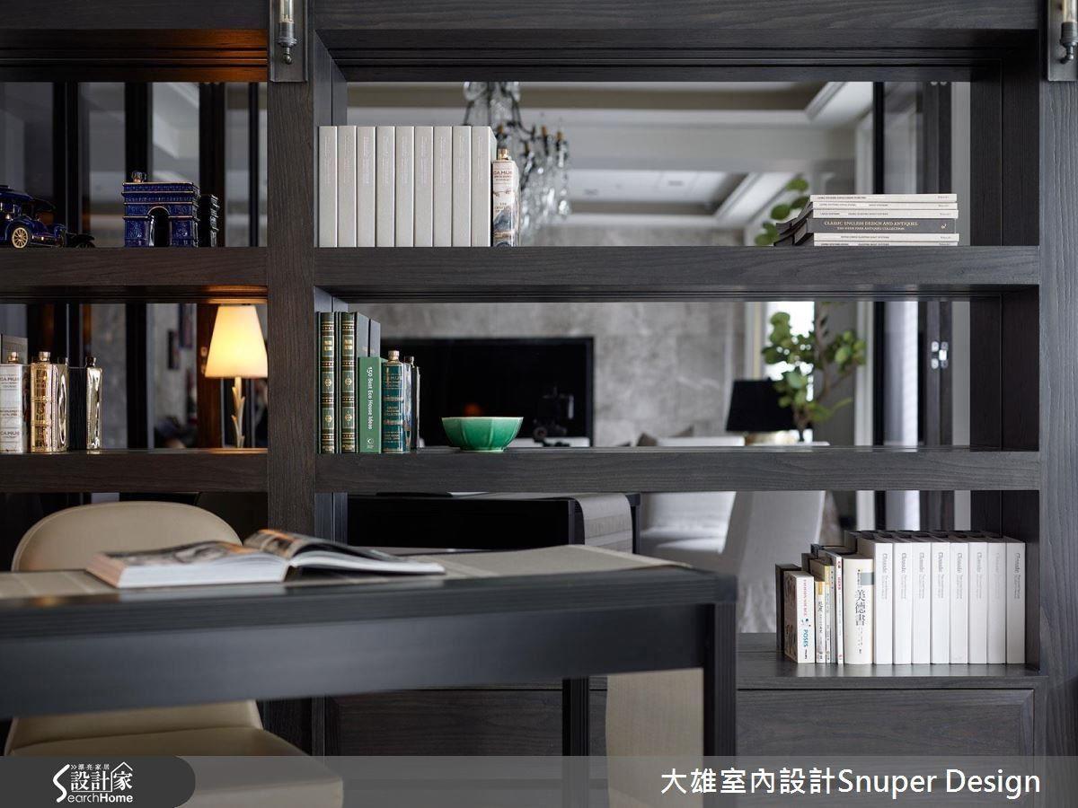 結合女屋主喜歡的厚實分量感,同時結合灰鏡,讓書櫃呈現高雅氣質。