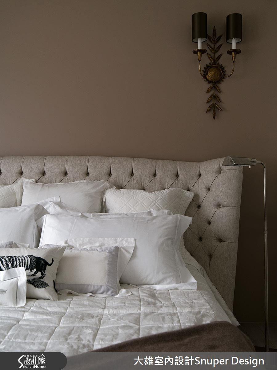 沿用屋主喜歡的元素,讓主臥房在低調而高雅的色彩及設計中,展顯最合適休息的姿態。