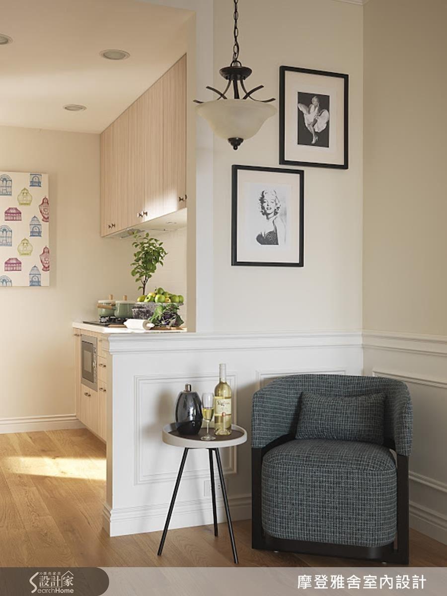 設計師善用入門轉角處的畸零空間,運用單椅與桌几,型塑風格角落,輕鬆轉換生活情境。
