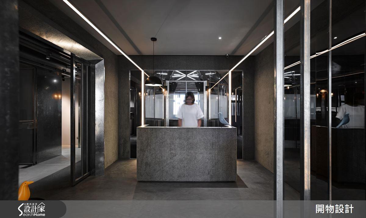 座落於櫃檯後方的八角籠,取代一般公司的 logo。燈帶與鍍鋅鐵的規劃,讓整體空間多了幾分科技與未來感。