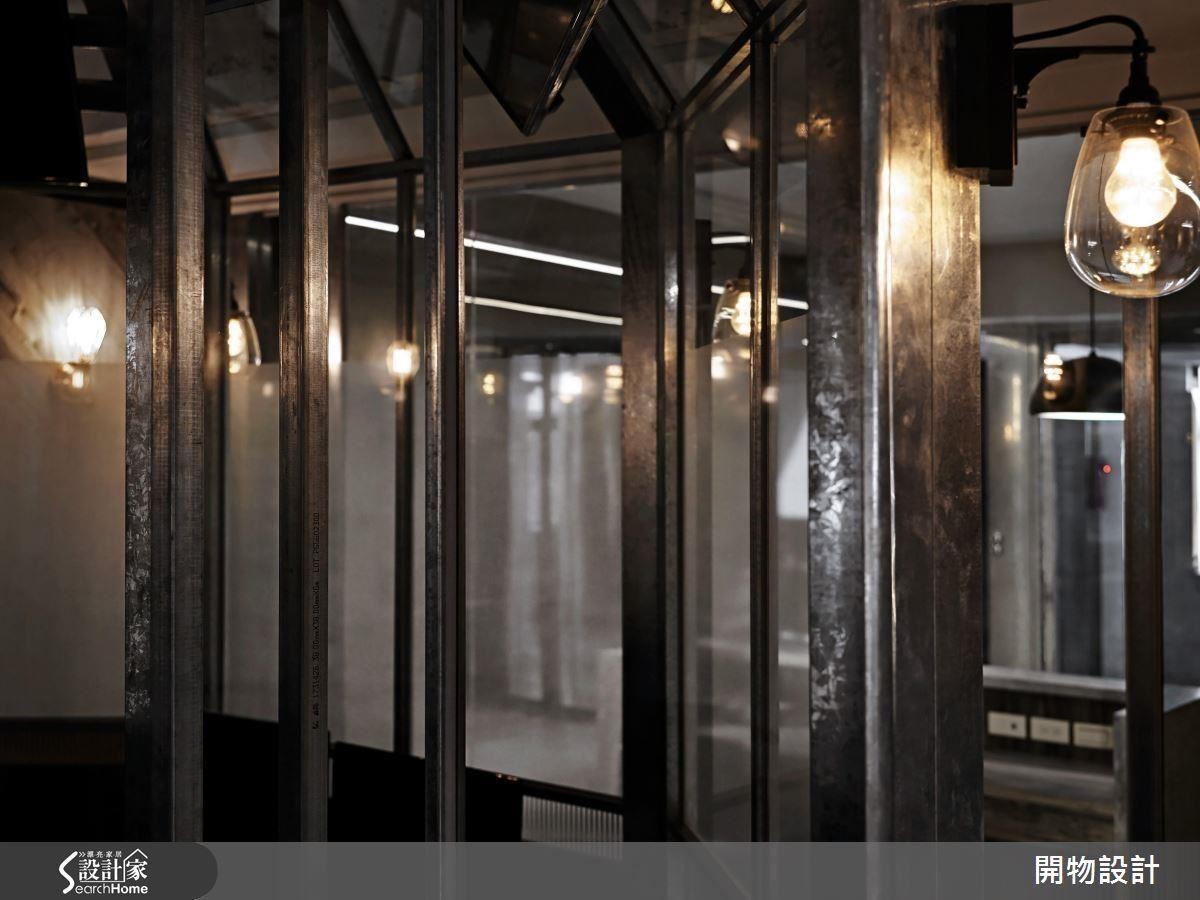 壁燈和配件又帶有幾分英倫味道,一進入空間彷彿可以聽見特務電影系列的背景音樂響起。