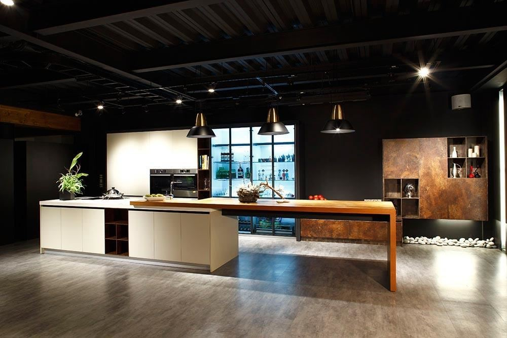 雅登廚飾台南店,以開放、穿透的設計展現百坪展示空間優勢;鑑賞與體驗並重的規劃概念,深受業界矚目。