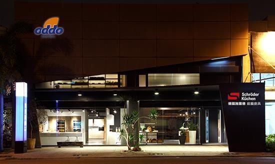 雙店面,面寬十五米,展售空間達一百五十坪的雅登廚飾台南店,重新裝潢後,以大器的設計,展現廚具展售設計新貌。