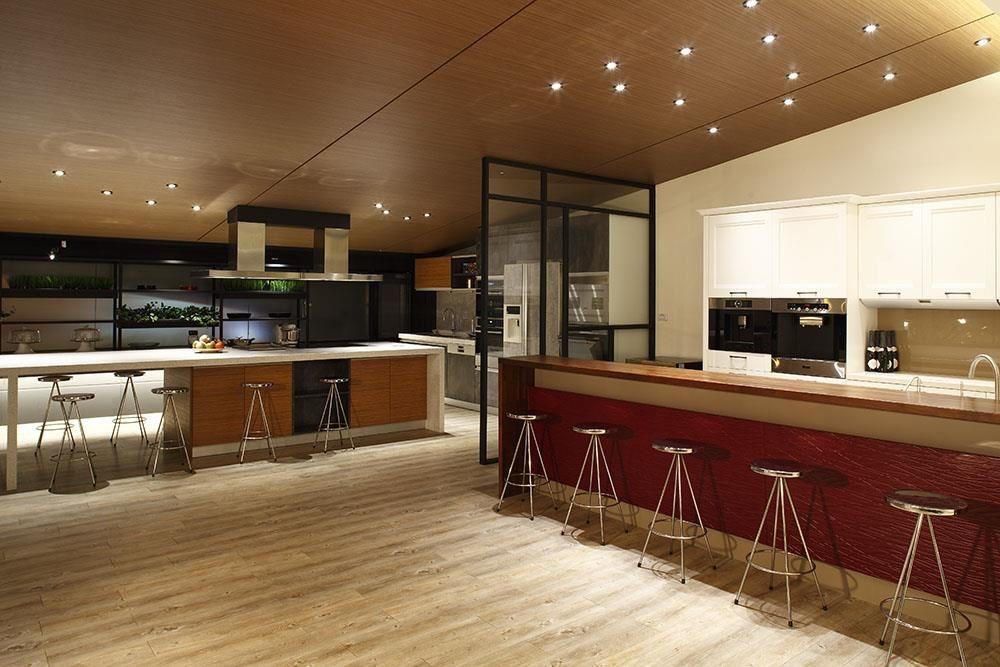 顛覆一般廚具展售空間只能用3D圖想像廚房規劃,雅登廚飾台南店,善用百坪以上的空間,展示雙一字、半島型、開放式等不同廚房規格。