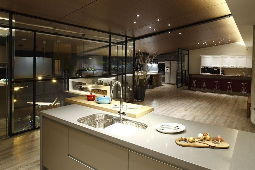 雅登廚飾台南店二樓,精心規劃體驗式廚房,且每個月不定期舉辦講座、課程,讓設計師與客戶共享優雅廚房空間,領略雅登廚飾的設計廚具機能與便利性。