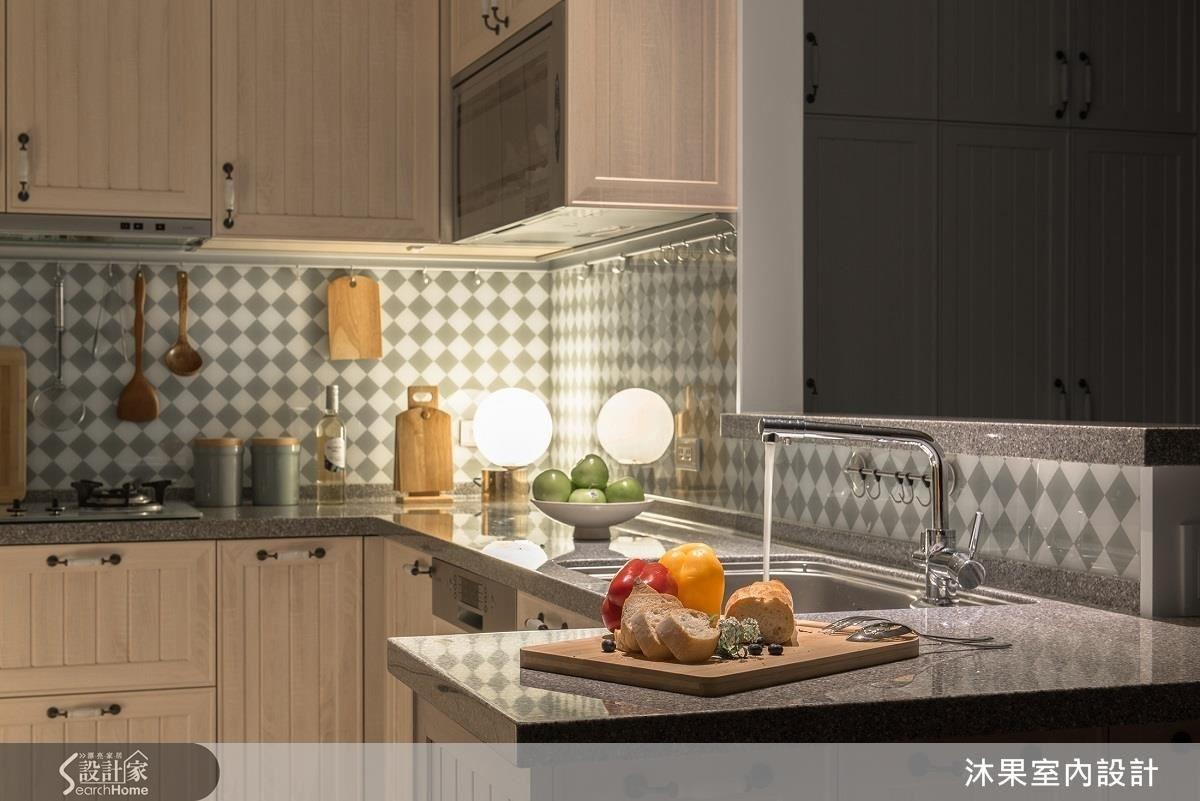 雙色烤漆玻璃不僅吻合美式風格,更兼具美觀與易清潔的實用機能,與冰島白橡紋路櫃面也相當匹配。