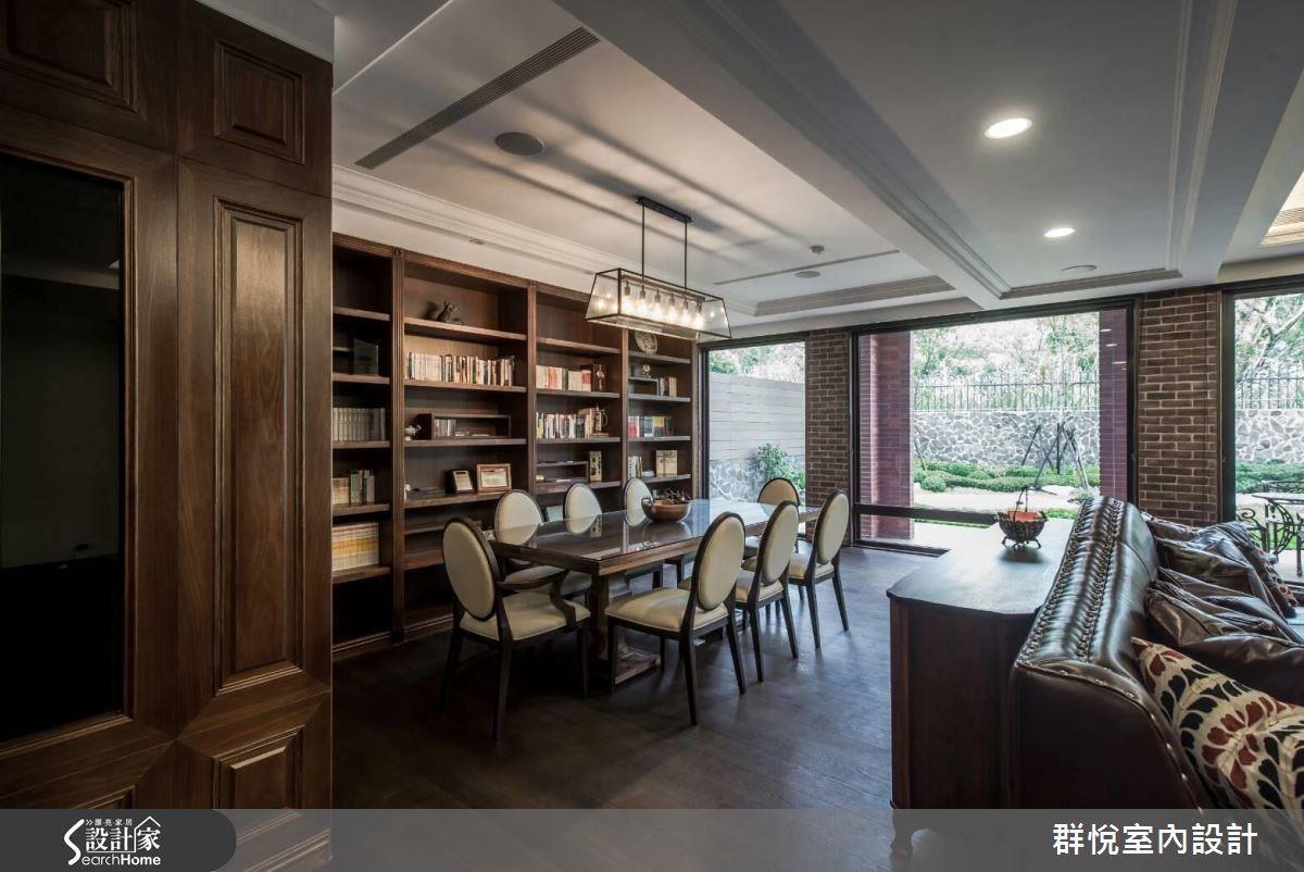 以書牆豐富的收納量,為喜愛閱讀的屋主打造一處悠然閱讀的區域。搭配精選帶有現代感的燈飾,書牆前的方桌仿若紳士們定期聚會的會議桌。