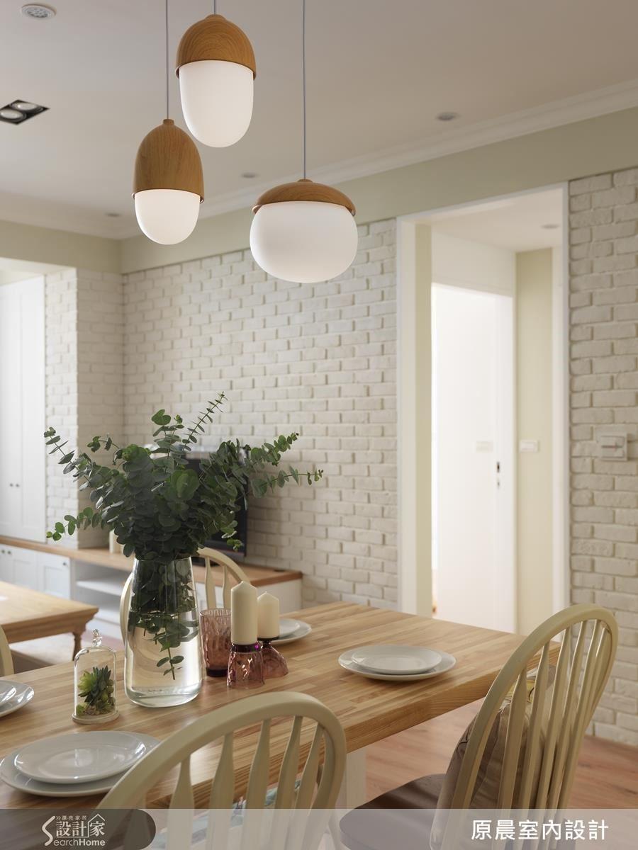 從櫃體、電視牆面延伸的整面白色,設計師以鋼刷木紋、文化石,讓白色更有溫度和層次感。