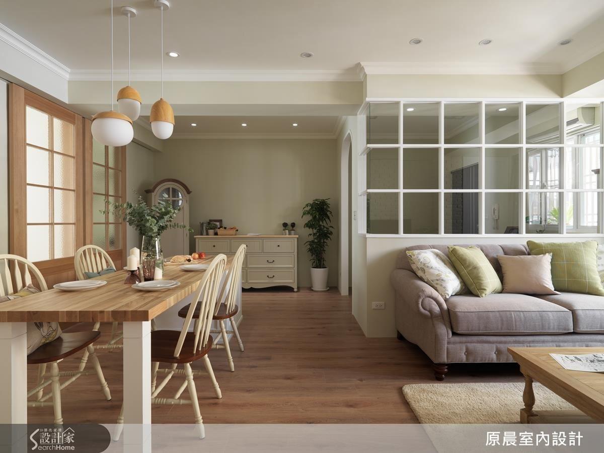 比例的拿捏是空間舒適的關鍵。為了不讓門面將空間切割得過於零碎,多為大面、隱藏門設計,廚房和書房的拉門拉上後,是一道完整的大門,在晴朗時光能透過透光玻璃,為空間染上不同氛圍。