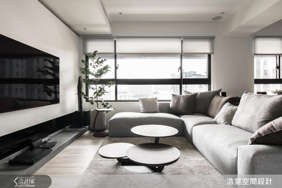 客廳當然是業主期待的純淨白色空間,但浩室團隊發揮巧思,在電視牆上方做出溝縫,讓牆面更立體;而在下方採取與玄關牆面一樣的進口特殊塗料,做出類似水泥粉光的檯面,調和原本可能過冷的色調。