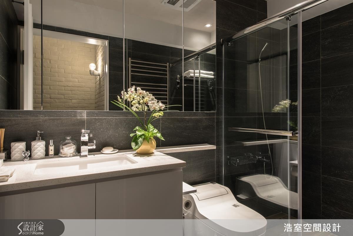 客浴則採取較為中性的大片石材壁磚,配上內嵌式的洗臉槽,顯得大器。