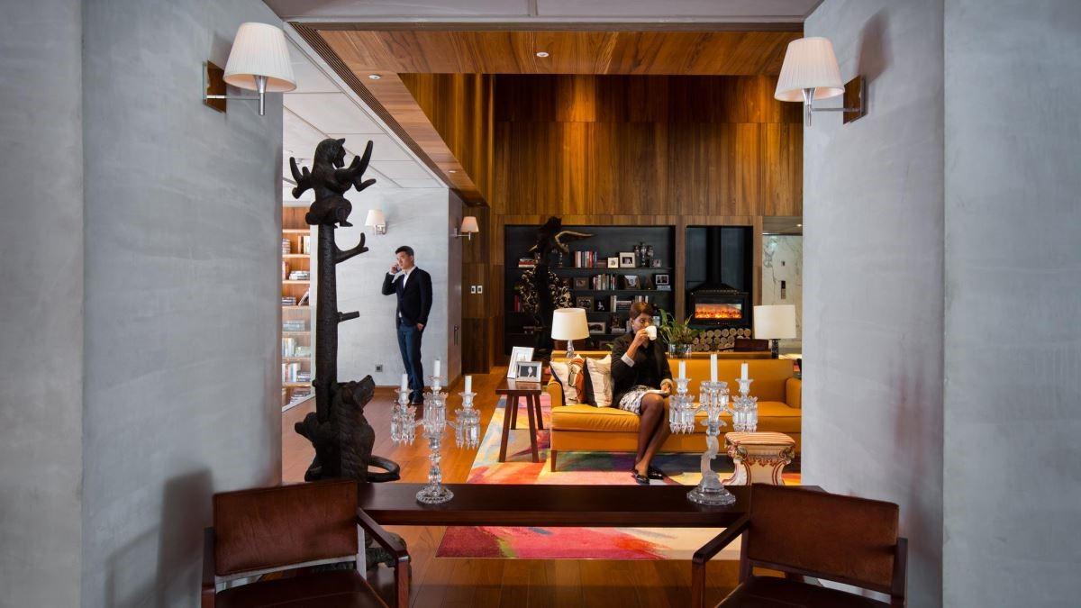 以木質色系為基底,搭配壁爐的存在,像是進入現代感的奢華城堡般。(圖片提供:S Hotel)