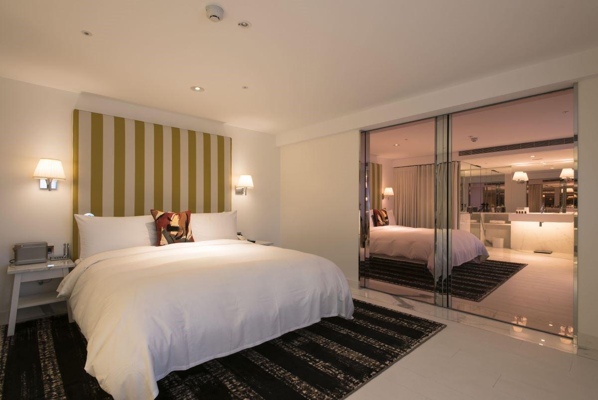 經典套房中空間設計上以白色為基調,搭配大面反光材質,拉大整體空間感。(攝影:沈仲達)