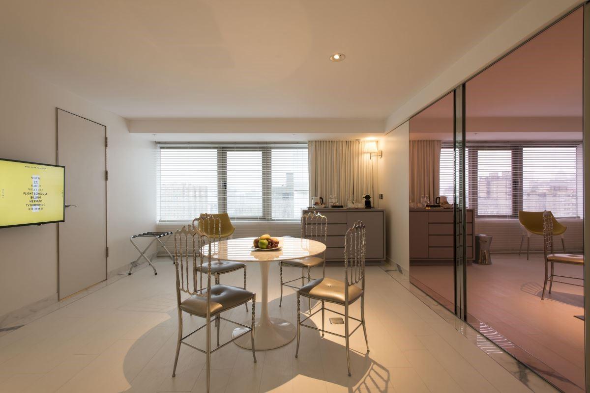 經典套房中大小適中、線條簡潔的家具讓空間看來更有設計感,也讓視覺上更有餘裕。(攝影:沈仲達)