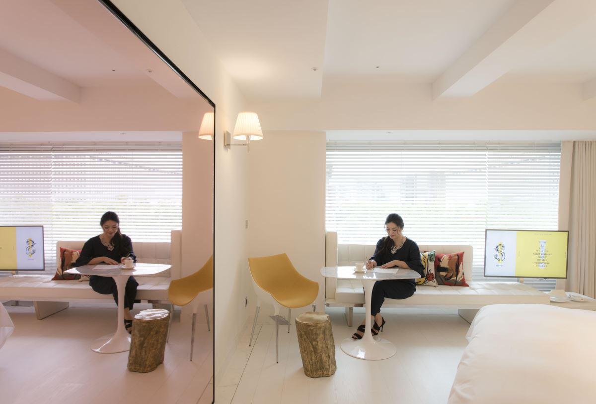 豪華客房中纖細的訂製長椅,可讓三五好友圍繞此處談天說地。(攝影:沈仲達)