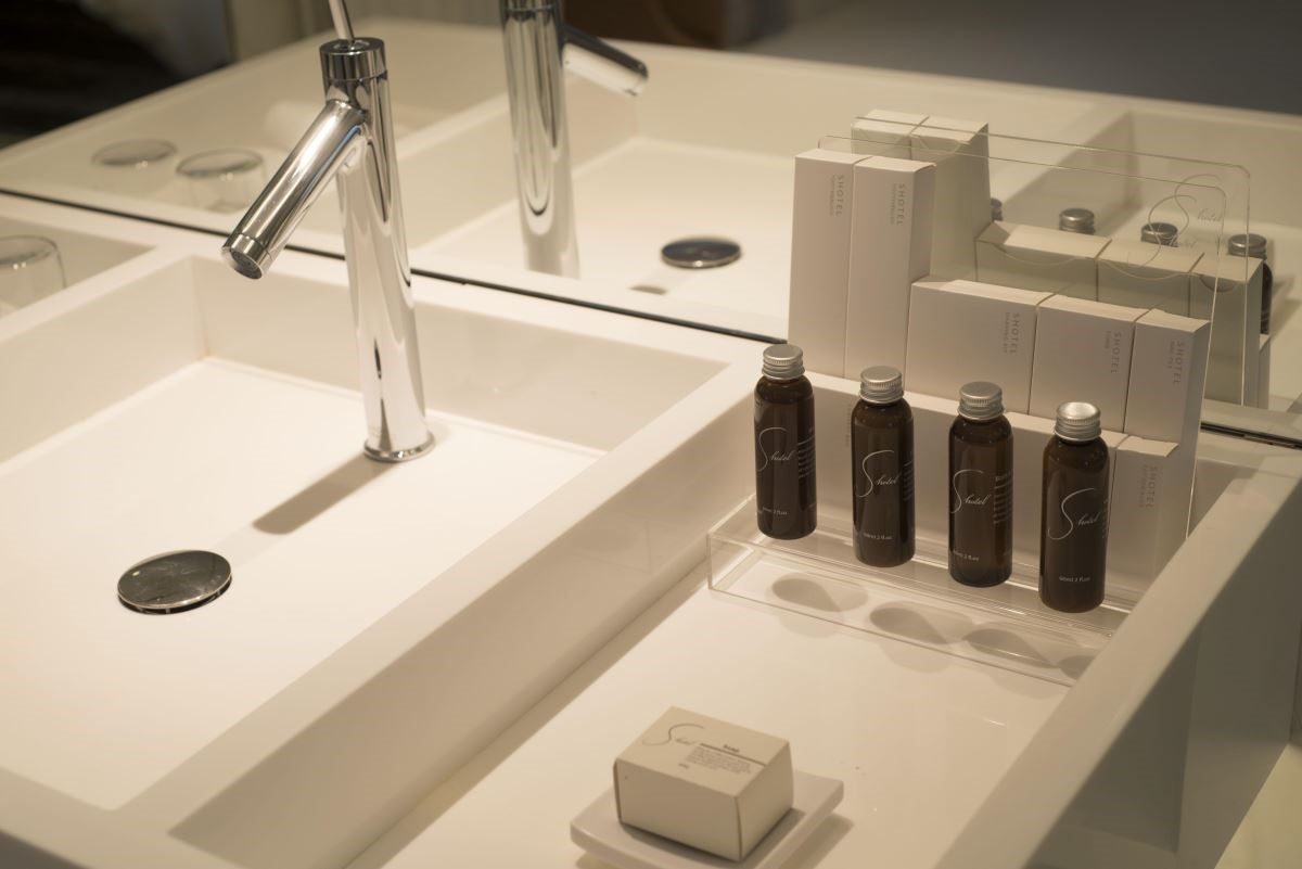 全飯店均選用 Philippe Starck 設計的 AXOR STARCK ORGANIC 水龍頭,與台灣品牌薑心比心的備品。(攝影:沈仲達)