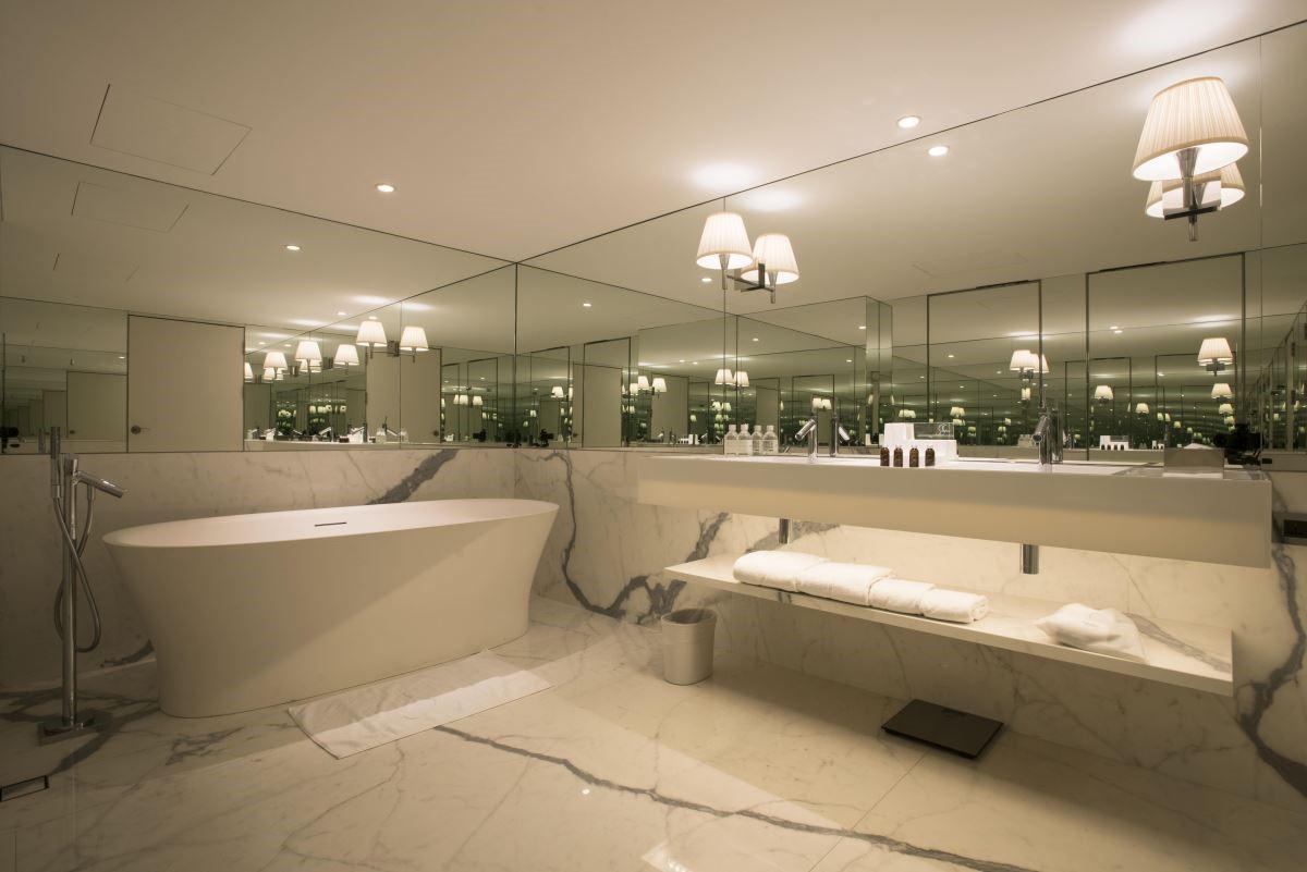卓越套房有寬敞的浴室及獨立式浴缸,讓人可以在奢華氛圍的設計中放鬆沐浴。(攝影:沈仲達)