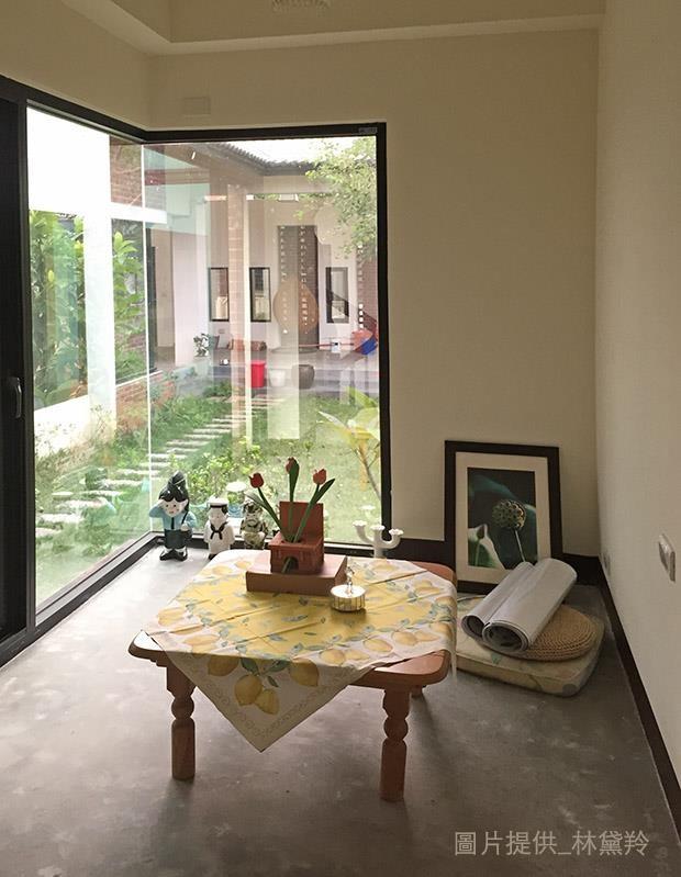 原本在舊家被閒置的小桌几,經丈量確認後,發現大小剛好跟新家的樓梯轉角的小憩空間一拍即合,成為角落閱讀時常用到的家具。圖片提供_林黛羚