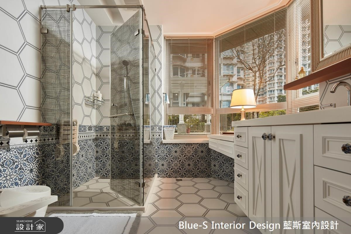 寬敞落地窗搭配異國風的藍白圖騰磁磚,彷彿沐浴在開闊奔放的國度。