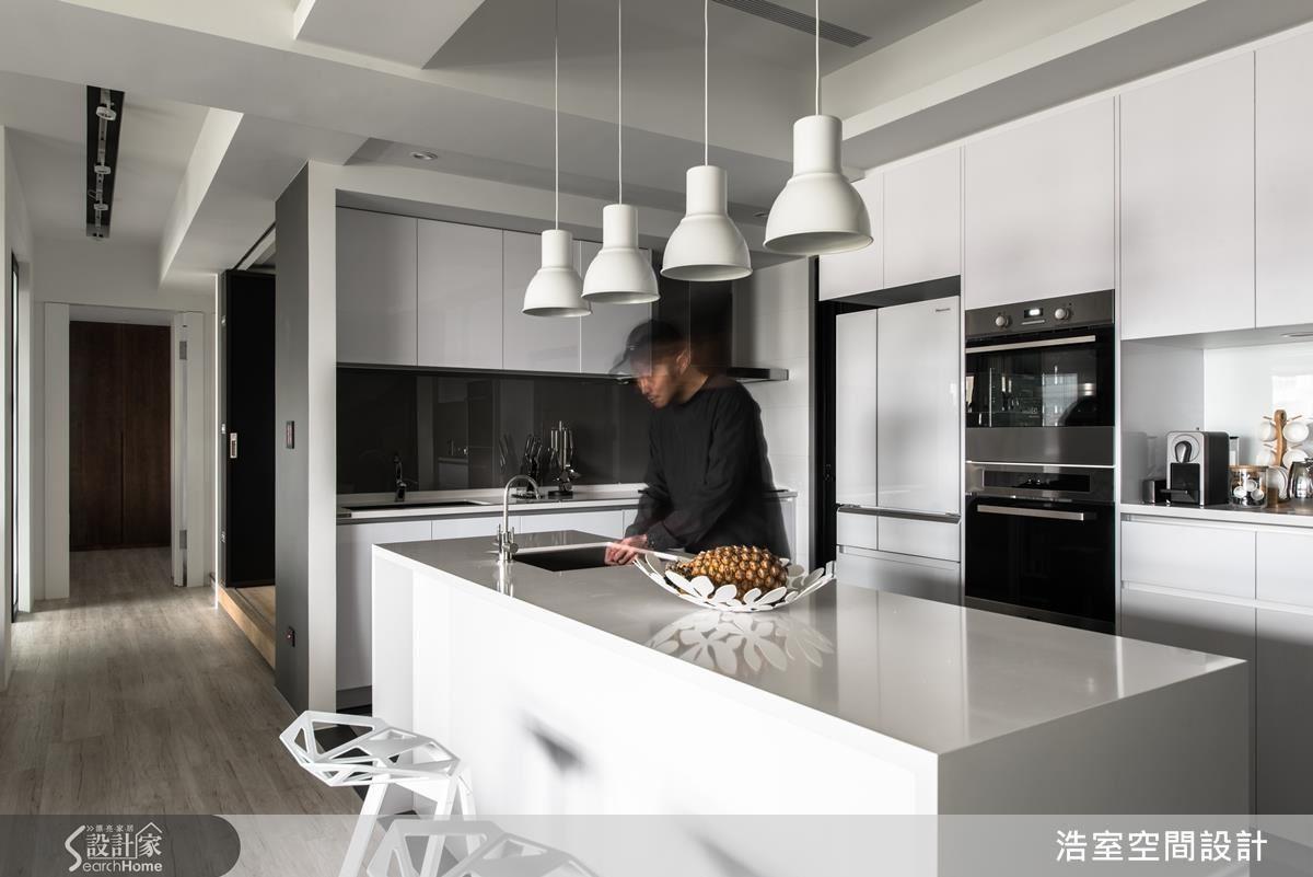 如果想要擁有寬敞的開放廚房,坪數卻有限,不妨利用中島吧台取代餐桌,也可以成為備餐、流理台。