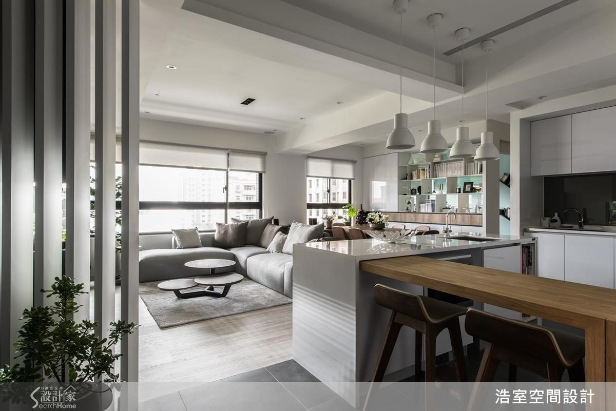 建議可善用中島吧台下方空間增設收納機能,搭配活動式木餐桌,隨用餐人數調整。