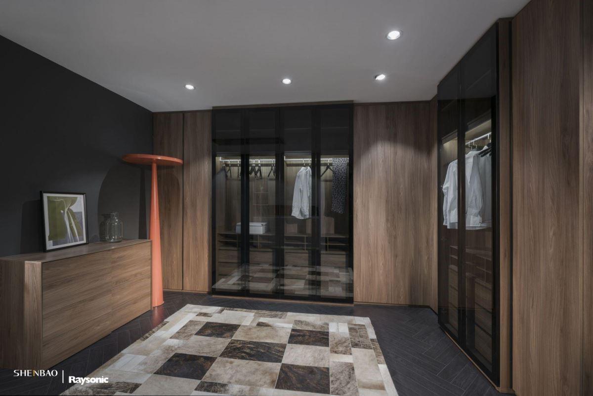 夢幻的L型衣櫃,有可推拉的實木門板也有一目了然的玻璃櫥窗,最能滿足商務性質與宴會的專業需求。(圖片來源:伸保上海 – 宜山店)
