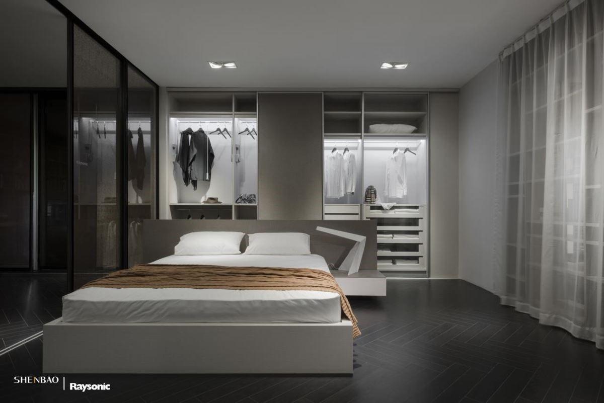 中低的床頭櫃,將臥室與衣帽間輕鬆做出區隔又不壓迫,未做門片的衣櫃,可以實際推拉、觸摸,感受伸保在衣櫃細節與五金配件的細膩用心。(圖片來源:伸保上海 – 真北店)