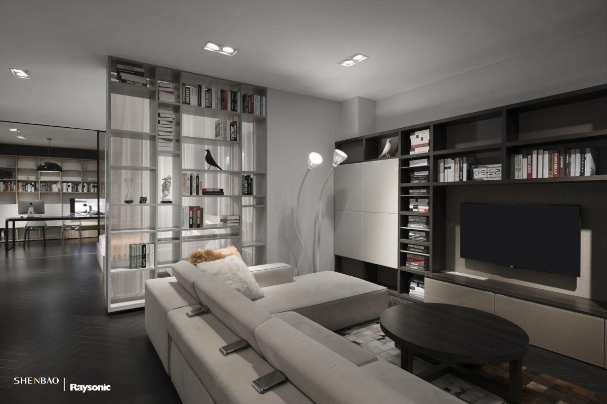 在全開放的展示空間,用兩面開的書櫃兼展示櫃,巧妙地隔開了臥室與客廳,臥室處以一層白色薄簾遮蔽,視覺空間更顯開闊。(圖片來源:伸保上海 – 真北店)