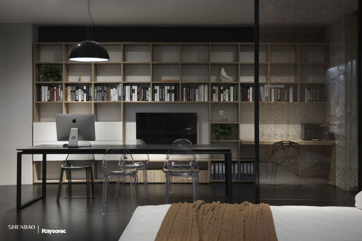 展示店的最裡層,多功能系統組合書牆,是工作區也是電視牆,用規則的幾何,區分工作領域,加厚的層板,耐重性大增,休憩閱讀、公務開會、喫茶聚會,功能多元,使用性廣泛。(圖片來源:伸保上海 – 真北店)