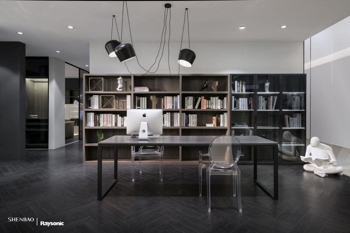 實木紋(左)與黑紋(右)的兩櫃組合,木質櫃上40毫米的加厚層板,耐用性十足 ; 黑紋櫃搭上半透明玻璃層板,植入LED燈,可以呈現線面的發光,異材質相互結合,讓視覺上更顯活潑,功能亦可有所區分。(圖片來源:伸保上海 – 宜山店)