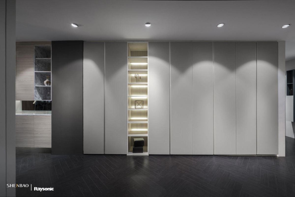 大面積衣櫃取一個展示區段作為間隔,間接光源則增加整體空間的通透性。(圖片來源:伸保上海 – 宜山店)