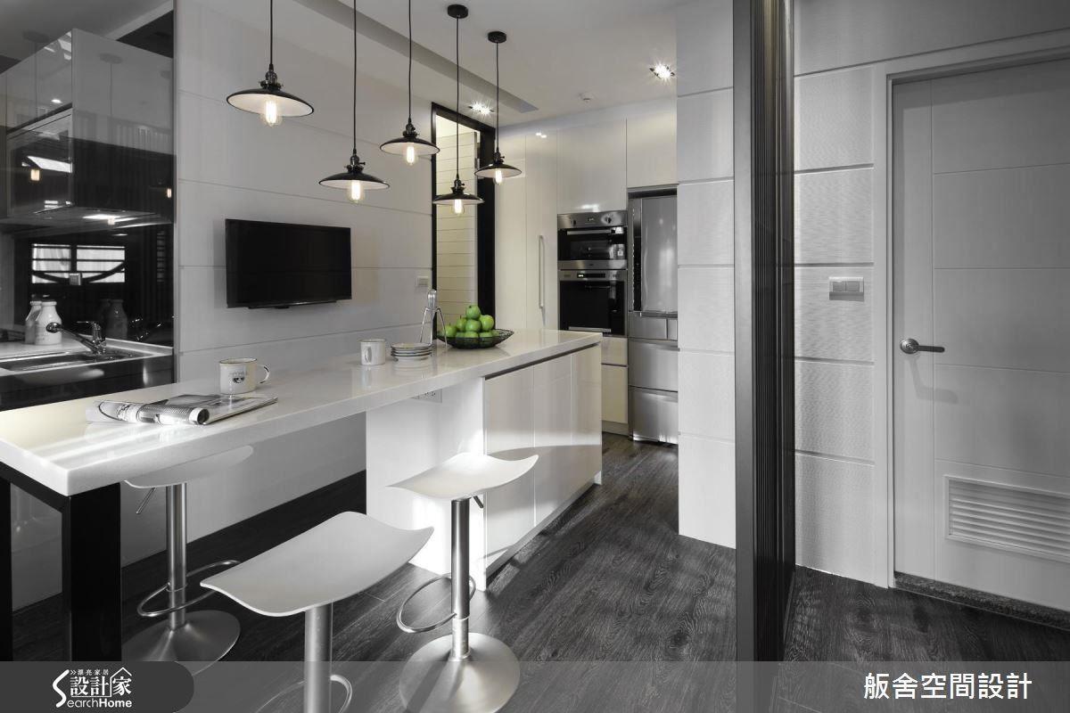 因建商原本附的流理台不夠大,導致料理空間嚴重不足,設計師把餐廳和廚房做出開放連結,冰箱、電器櫃則延伸到外部,搭配兼具書桌用途的中島吧檯設計,不但滿足廚房小家電的收納,讓一家 4 口擁有充足的用餐和閱讀上網空間。