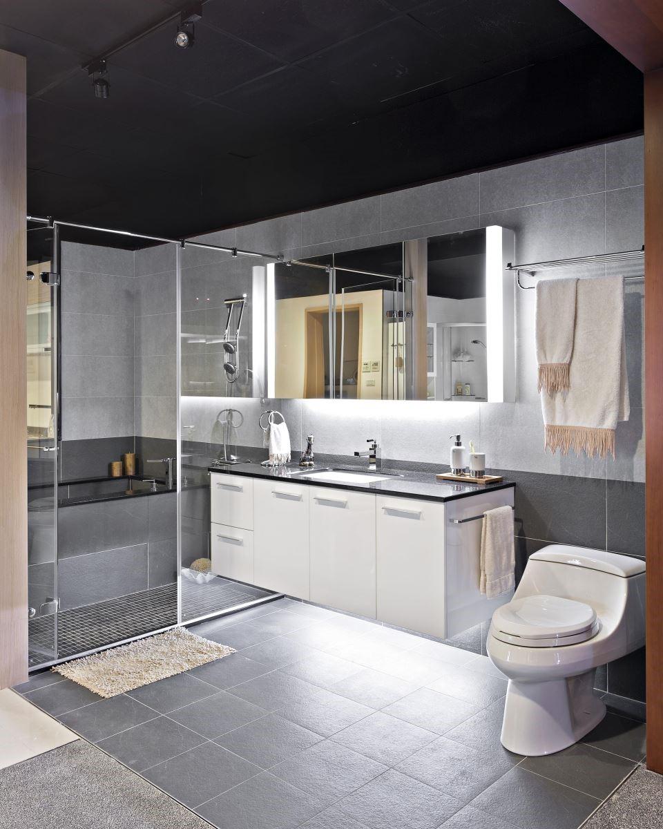 坪數有限的情況下,一字型的拉門設計達到乾濕分離之效,也最不占空間。