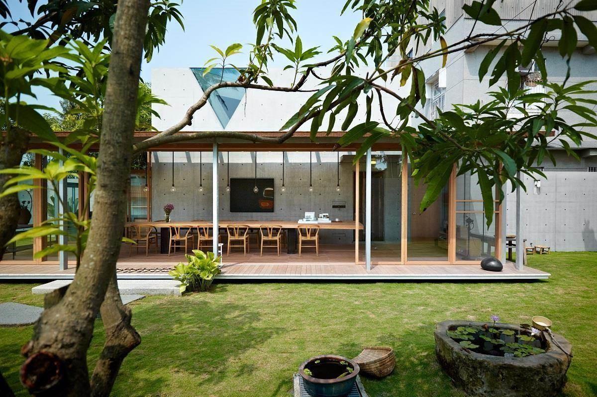 在芒果樹樹蔭下以清水模建造的毛院子,遠看詩意盎然。