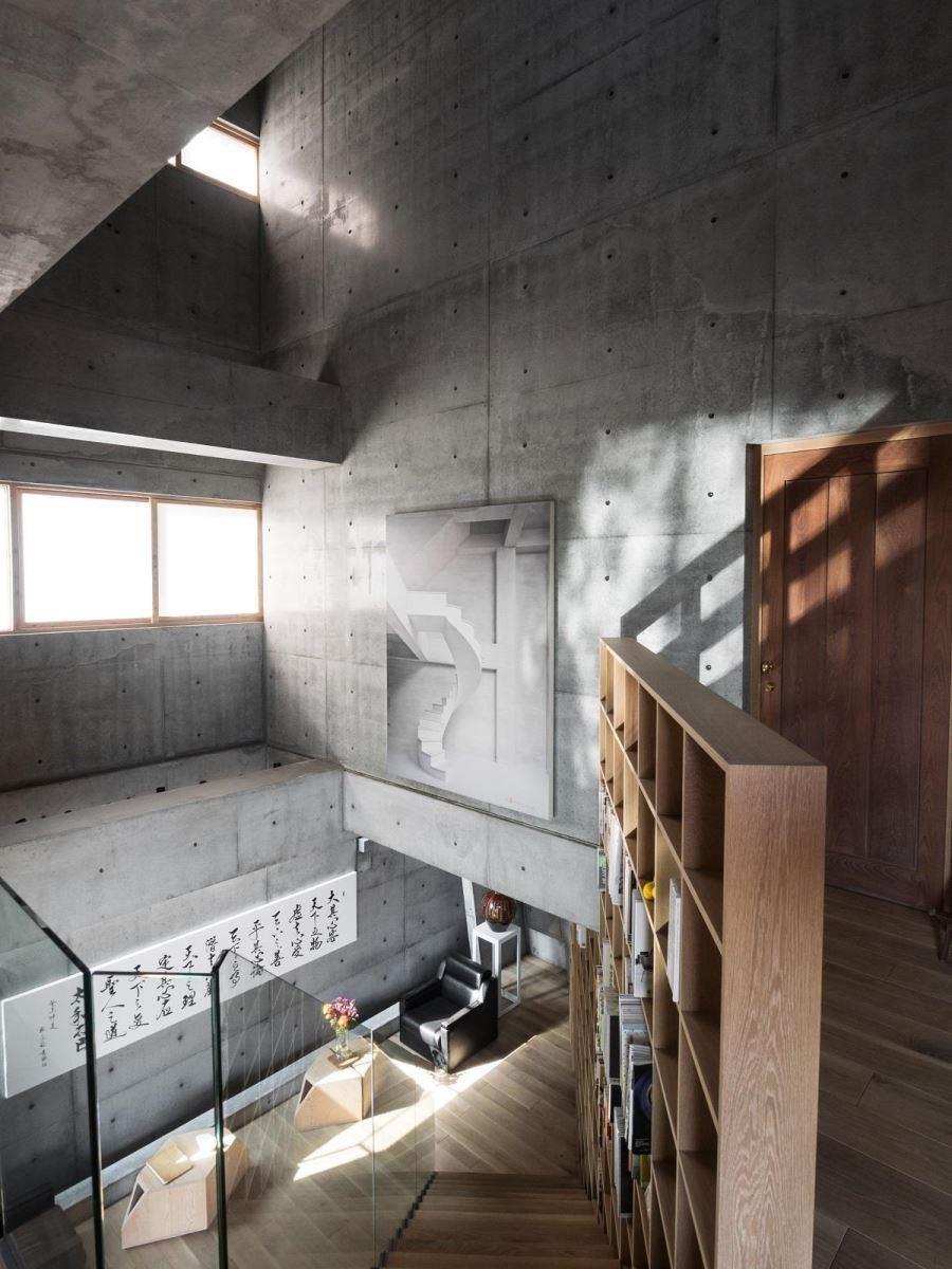 樓梯與大面書牆將公共空間一分為二,卻成為公共空間的主動線與主視覺,讓人體會到建築的不同可能。
