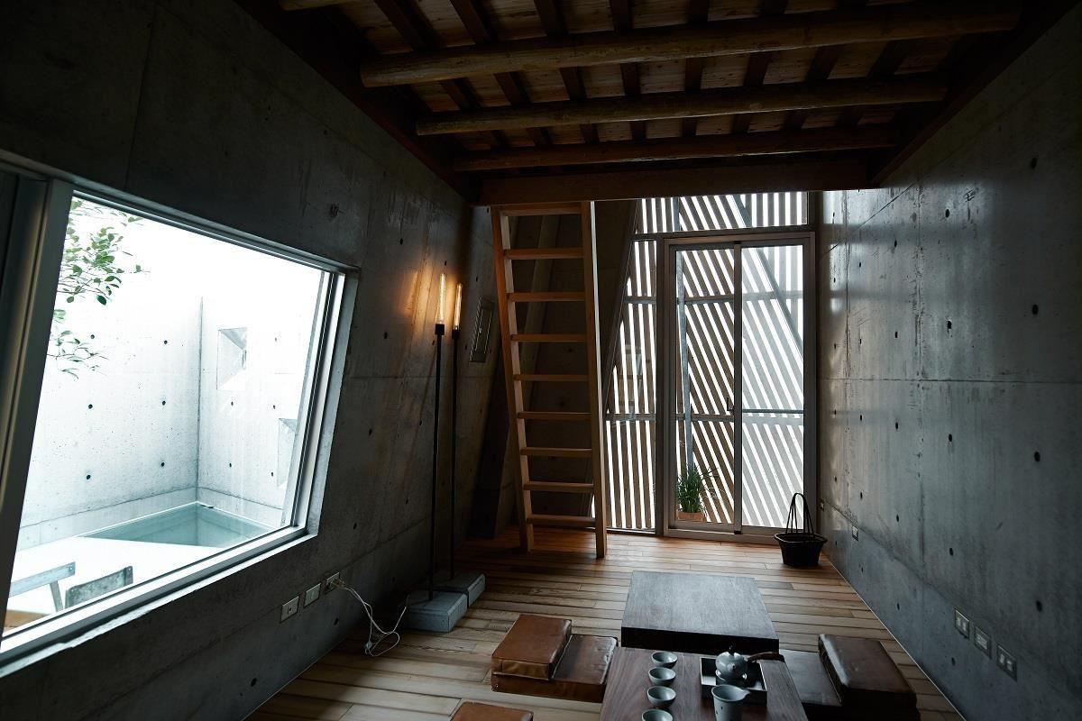 隨著房內的旋轉梯來到三樓空間,有私人茶室、還能在向上探訪閣樓。