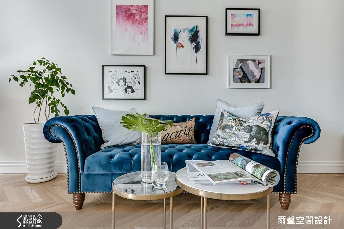如果家裡有一面白牆,那麼平時收藏的藝術畫作或明信片便能派上用場了,利用造型簡約的裱框,依照你喜愛的方式排列,立刻變成超有氣質的文藝焦點!