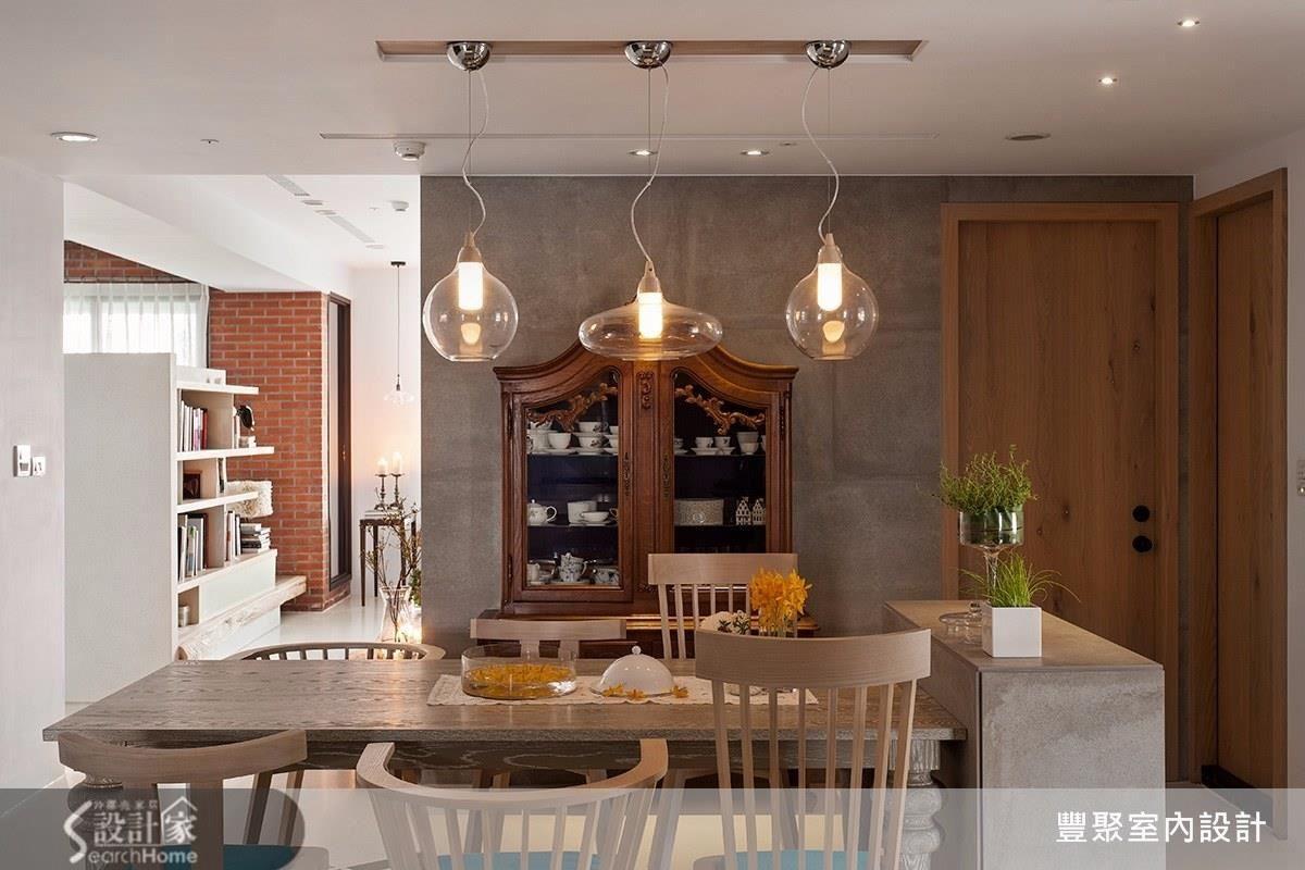 以經典復古的歐式木餐櫃、木椅,立即就有置身於異國般的氛圍,即使搭配造型時尚簡約的現代風吊燈,也不會讓人感到違和。
