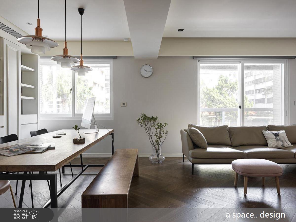 不需要太過張揚的裝飾或擺設,帶有復古舊木色的人字拼木地板,透露出隱約低調的法式質感。