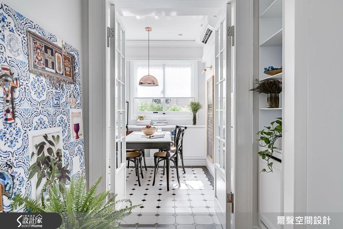 清新明亮的純白空間中,在廊道和餐廳地坪以兩種不同個性的花磚,營造出令人驚豔的視覺亮點。