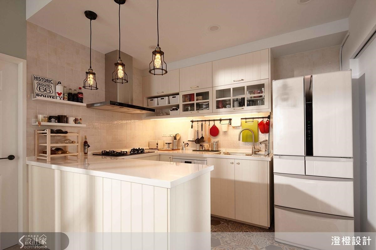 吧台時常成為廚房的延伸,ㄇ字型設計讓備料、放置料理的位置更加寬裕,也不會打亂洗滌、烹飪的過程。