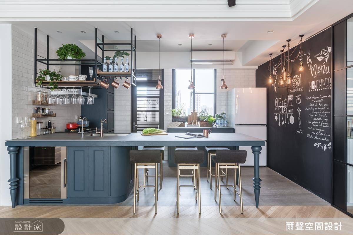 經過縝密規劃的吧台,不僅可以延伸出餐桌機能,更身兼流理、備餐機能,下方更規畫容納烹飪設備與收納空間。
